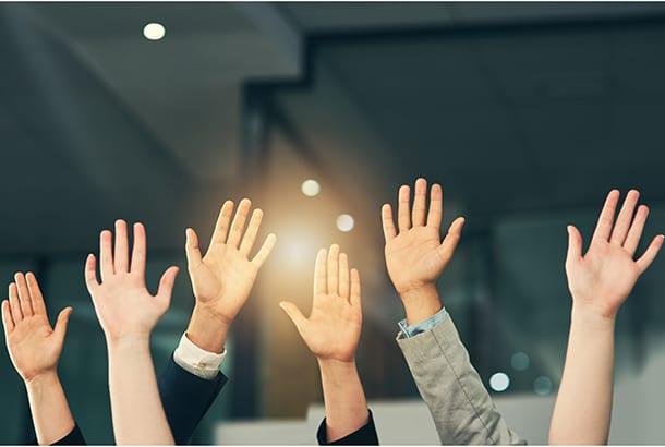 illustratief handen van verschillende mensen in de lucht