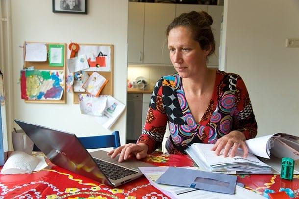 vrouw doet haar belastingaangifte achter laptop