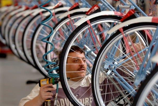 Man aan het werk in fietsenstalling