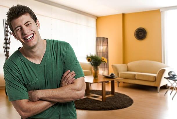 Vrolijke jongeman in woonkamer