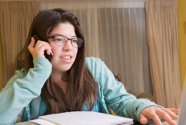 jonge vrouw is aan de telefoon