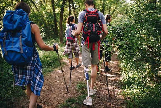 Aan het wandelen in de natuur, man met kunstbeen