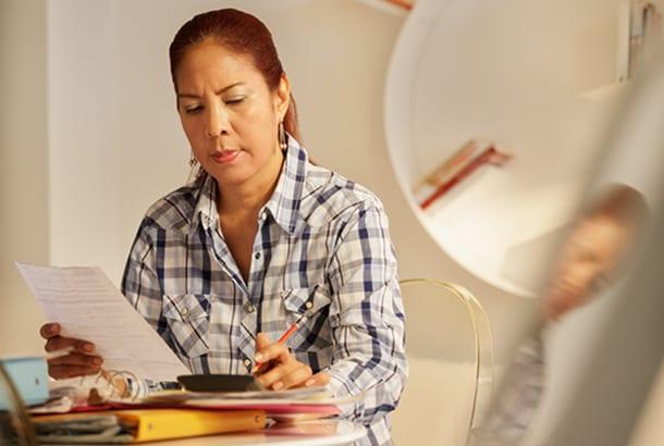 Vrouw die papieren aan het invullen is