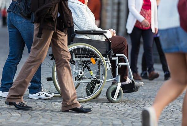 Mensen die over straat lopen