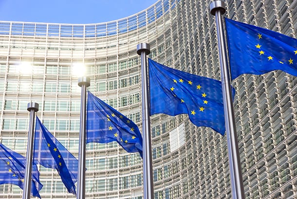 Vlaggen voor het gebouw van Europese Commissie in Brussel
