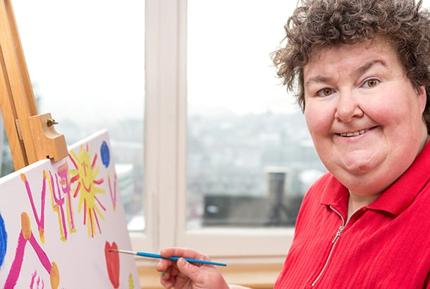 vrouw is aan het schilderen