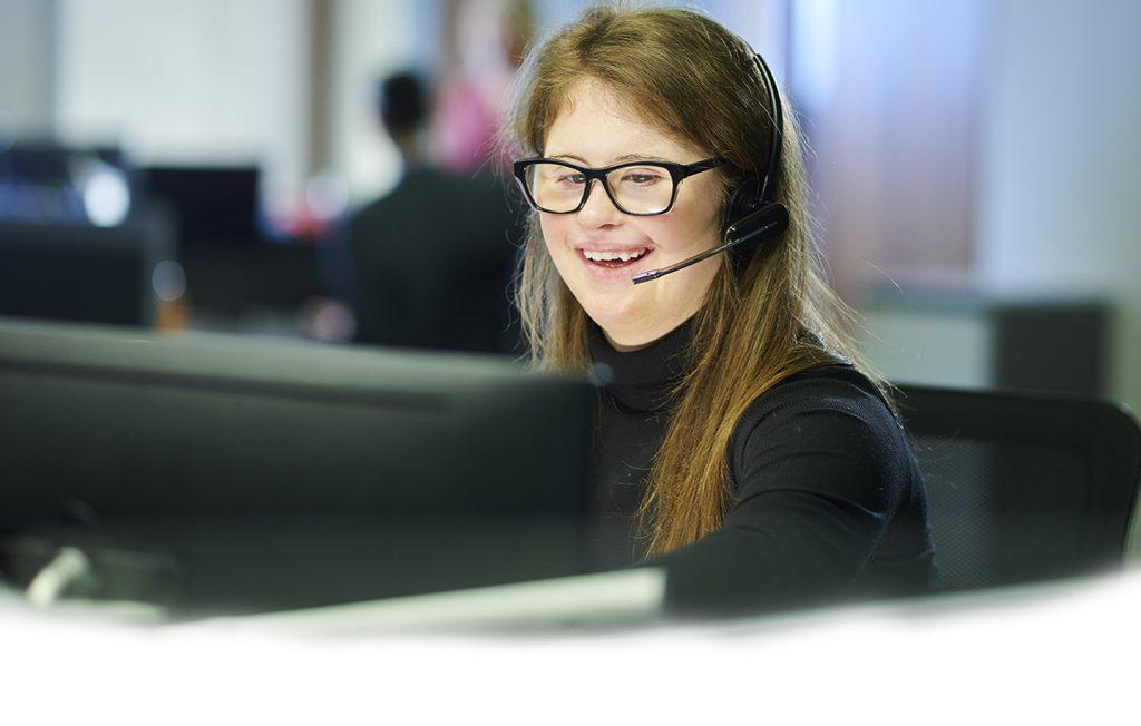 Jong meisje met handicap als telefoniste aan het werk