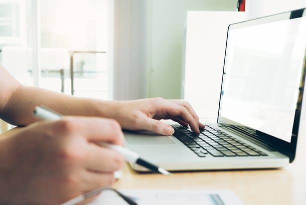 iemand aan het werk op een laptop