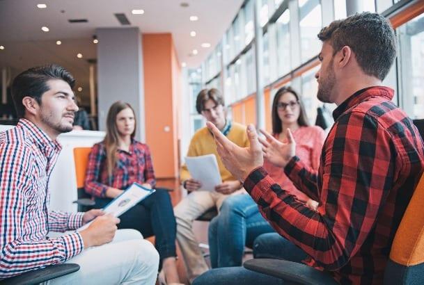 Jongeren met elkaar in gesprek