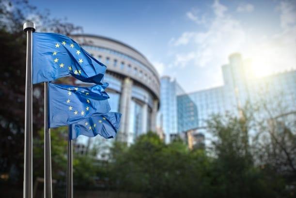 Gebouw Europees Parlement met Europese vlag