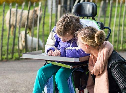 vrouw en meisje in rolstoel