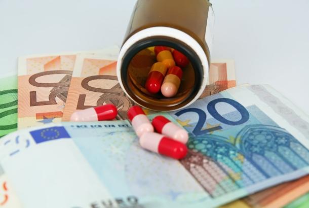 Illustratief geld en medicijnen