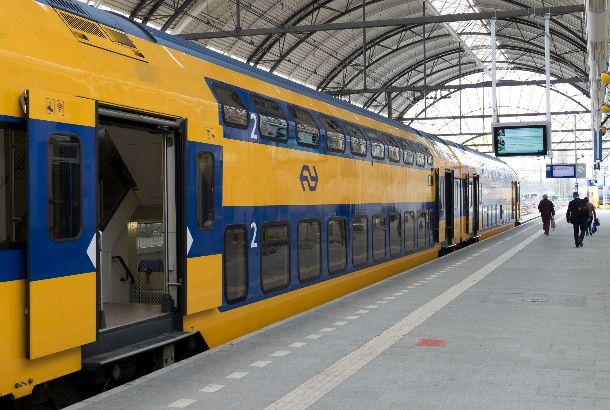 Illustratief: trein van NS staat aan het perron