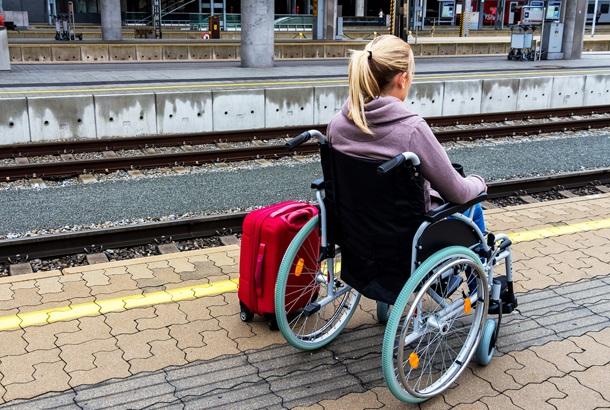 Jonge vrouw in rolstoel
