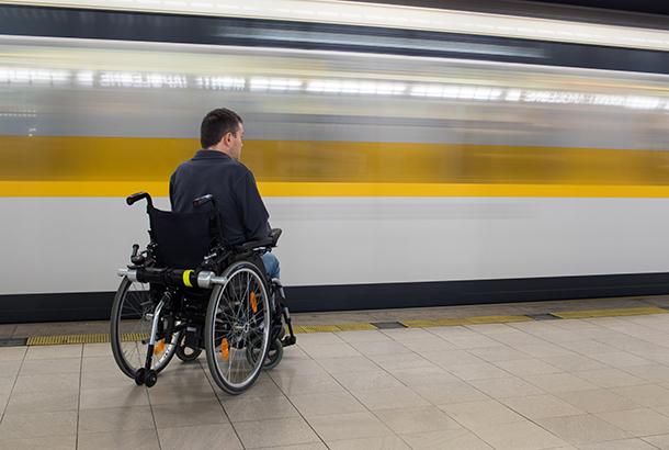 Illustratief: jonge man in rolstoel bij trein