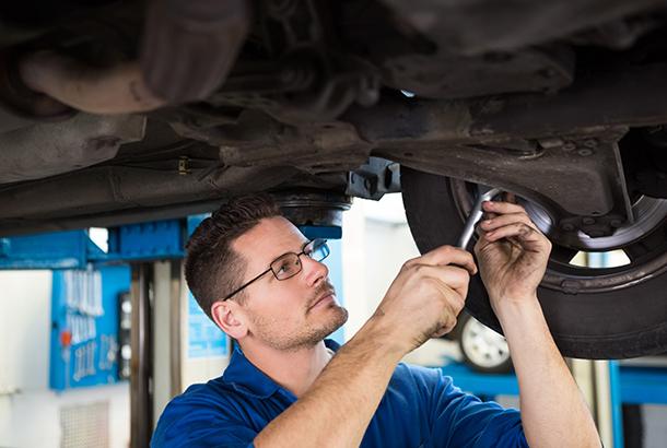 Automonteur aan het werk