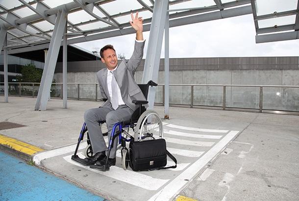 man staat in vak voor rolstoelen