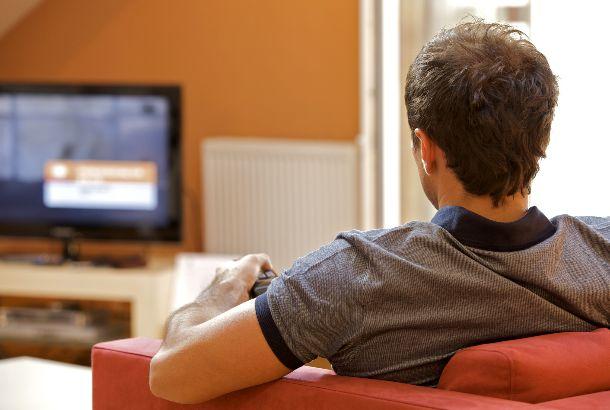 Man kijkt televisie