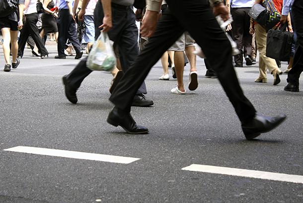 Illustratief beeld: mensen die over straat lopen
