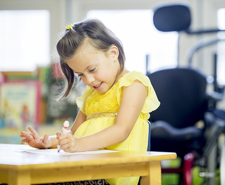 meisje met motorische handicap in klas