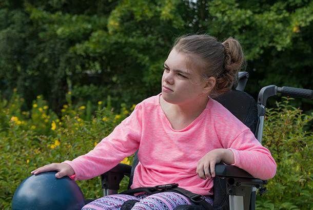Tienermeisje in rolstoel