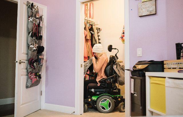 jonge vrouw in rolstoel in eigen woning