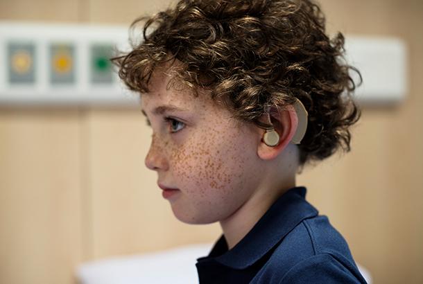 jongetje met hoorapparaat