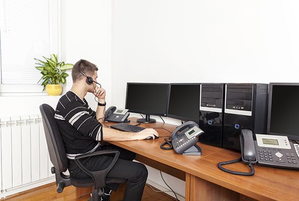 Illustratief jongeman achter computer met koptelefoon op