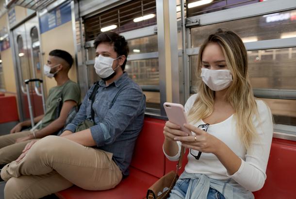 Mensen die in trein zitten met mondkapje op