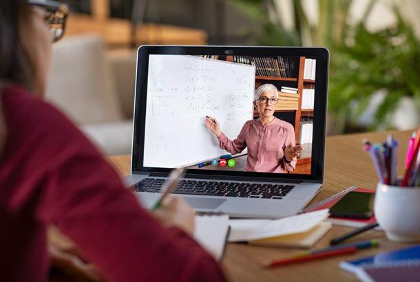 Online onderwijs, vrouw op het scherm geeft lees