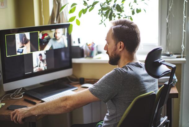 Jonge man, achter computer in videovergadering