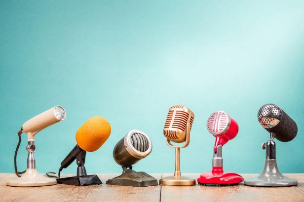 gekleurde microfoons op een rij