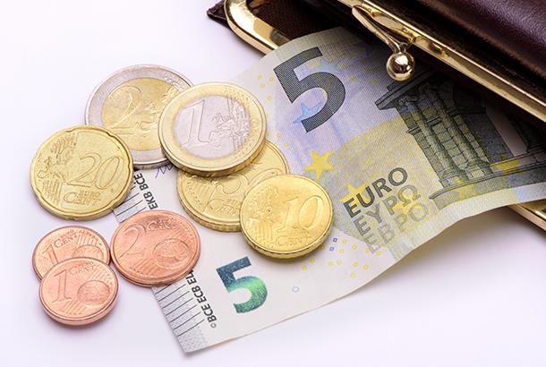 portomenee met vijf euro en een paar euromunten