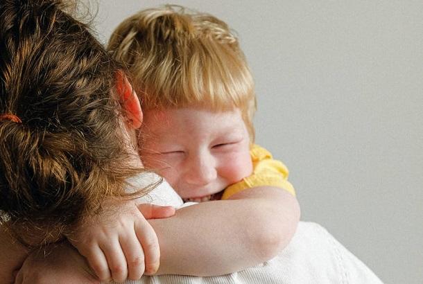 moeder omarmt kind
