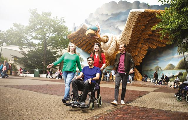 bezoeker pretpark in rolstoel